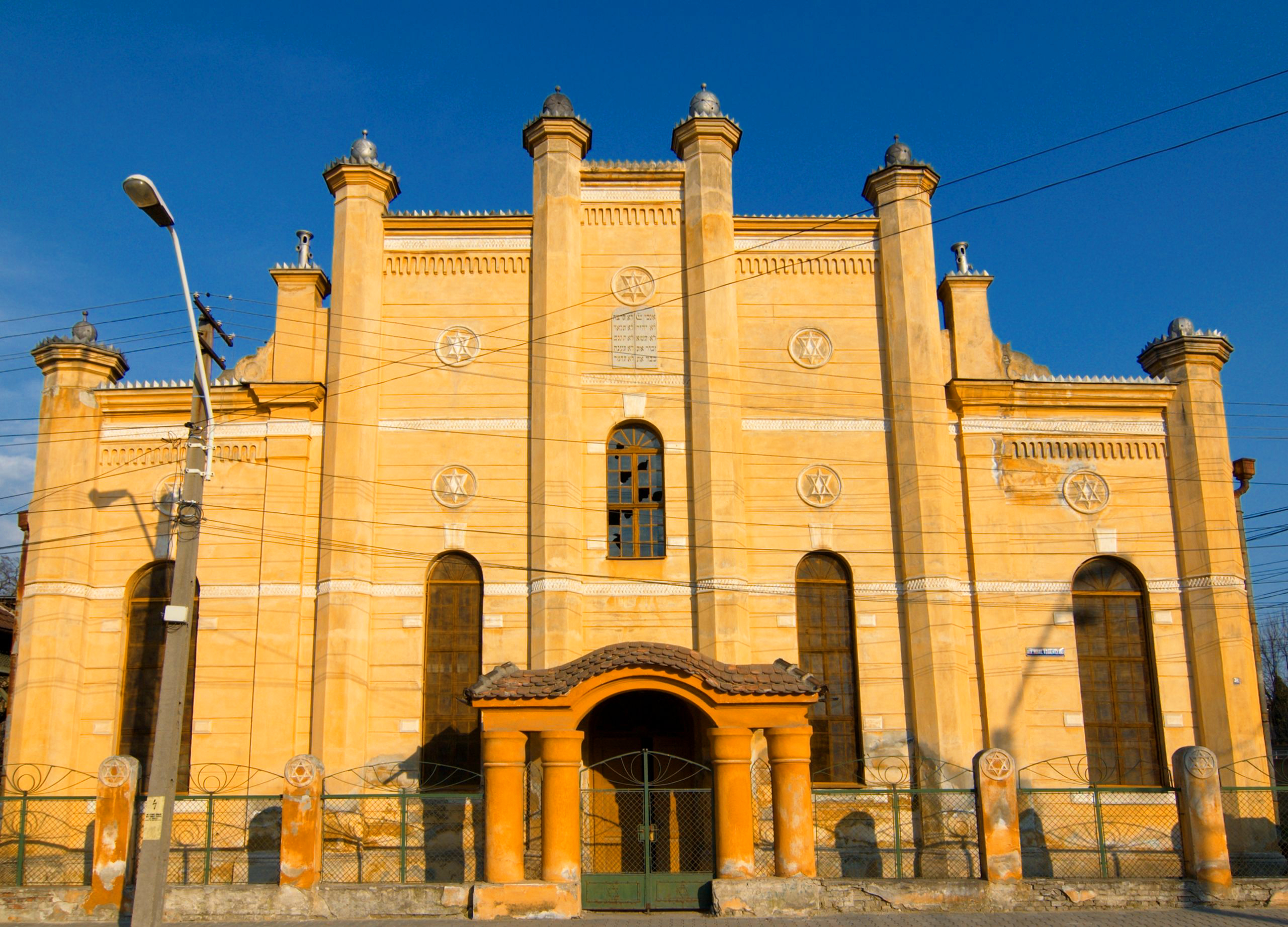 Facade of the Mediaș synagogue, Romania – Photo by Christian Binder